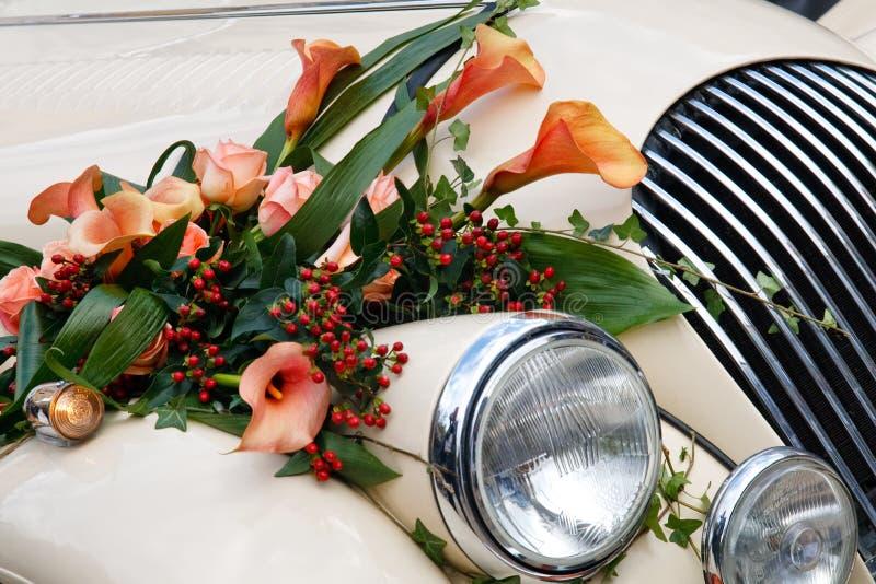 汽车接近的葡萄酒婚礼 免版税库存图片