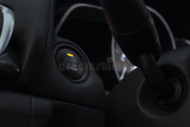 汽车推挤开关,中止,新式的汽车,在现代技术汽车里面 库存照片