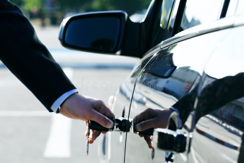 汽车插入键人员 免版税库存照片