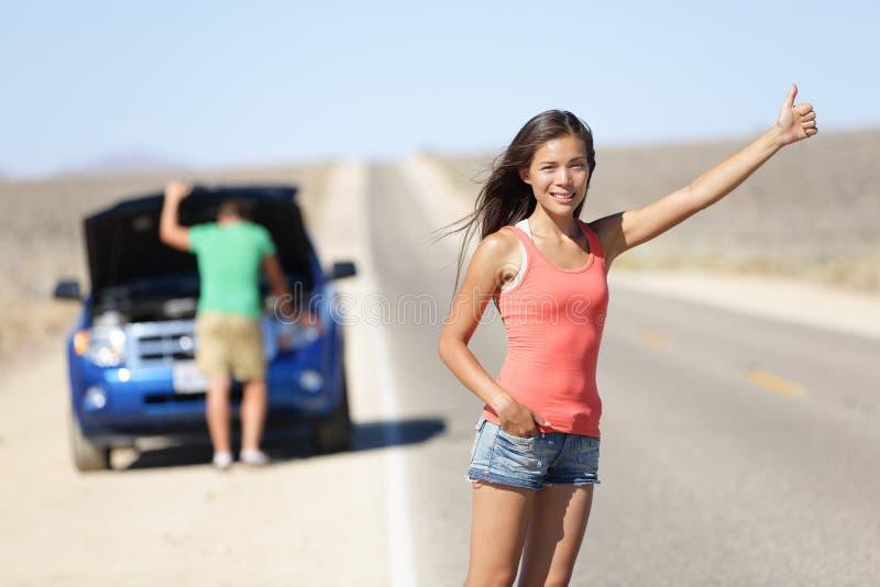 汽车故障问题-搭车的妇女 库存照片