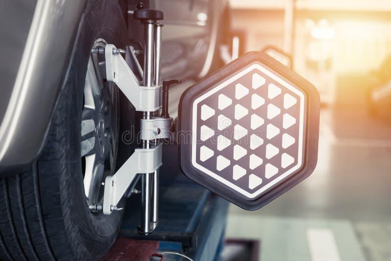 汽车方向盘平衡器校准与激光反射器 库存照片