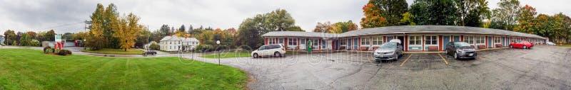 汽车旅馆停车处和草甸叶子季节的,新英格兰,美国 免版税库存图片