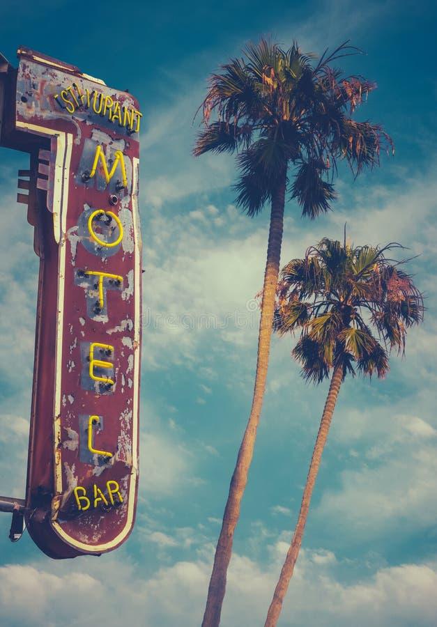 汽车旅馆标志和棕榈 免版税库存图片
