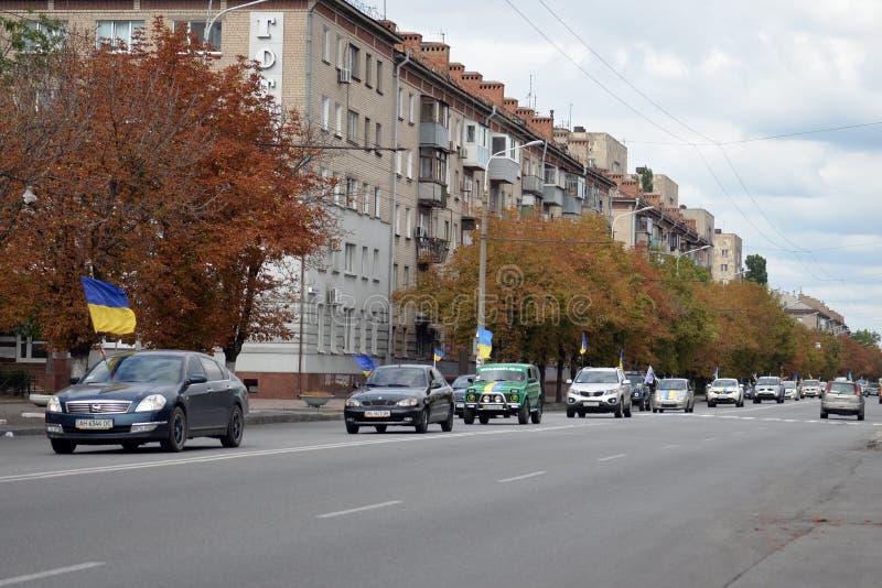 汽车有蓬卡车游行调低街道 图库摄影