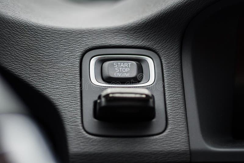 汽车有被插入的点火开关的开始停止按钮 免版税库存图片