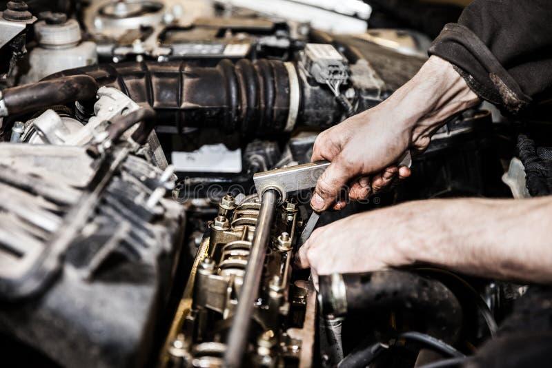 汽车服务工作者或修理自动发动机的车库技工 免版税库存图片