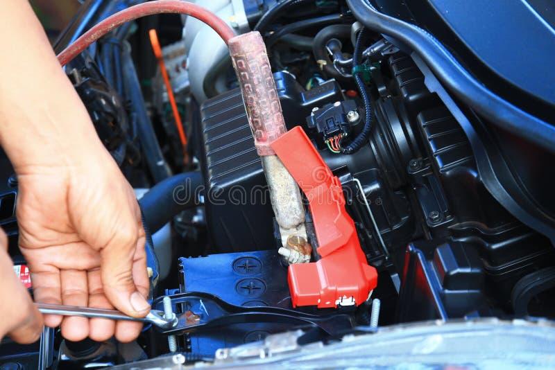 汽车机械师修理汽车的手 库存图片