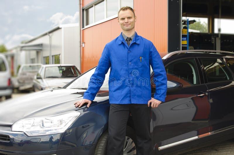 汽车机械师复核了通信工具 免版税图库摄影