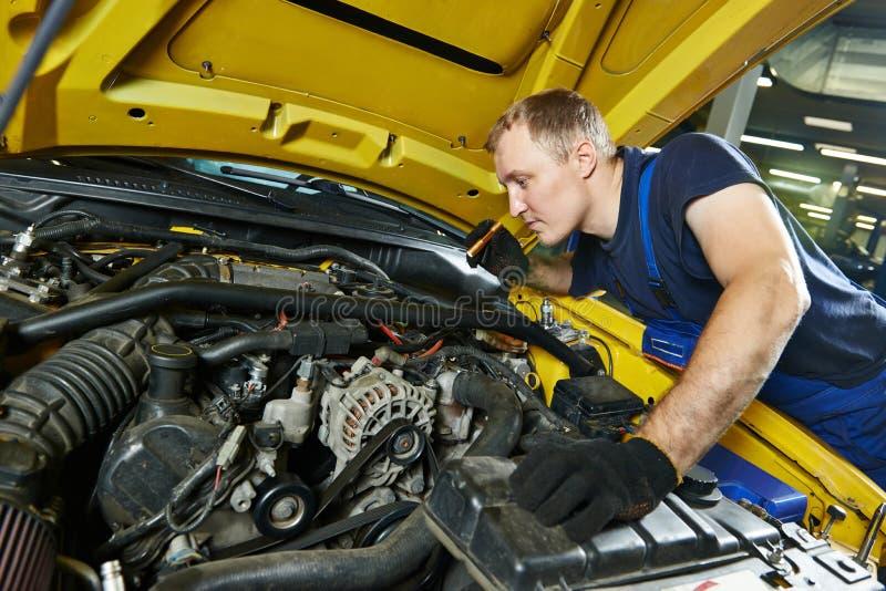 汽车机械师安装工在工作 库存照片