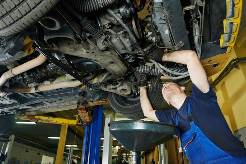 汽车机械师工作 免版税库存图片
