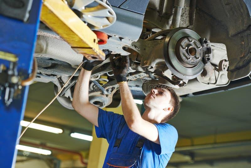 汽车机械师工作 图库摄影