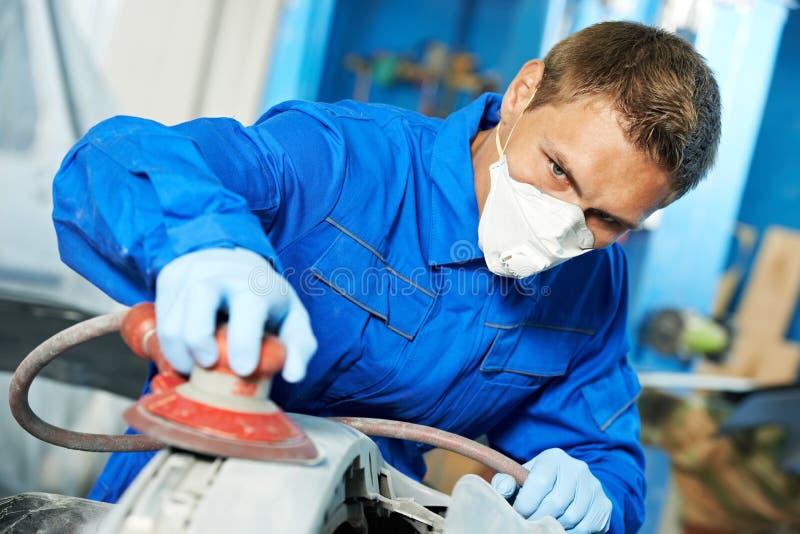 汽车机械师擦亮的汽车 免版税库存照片