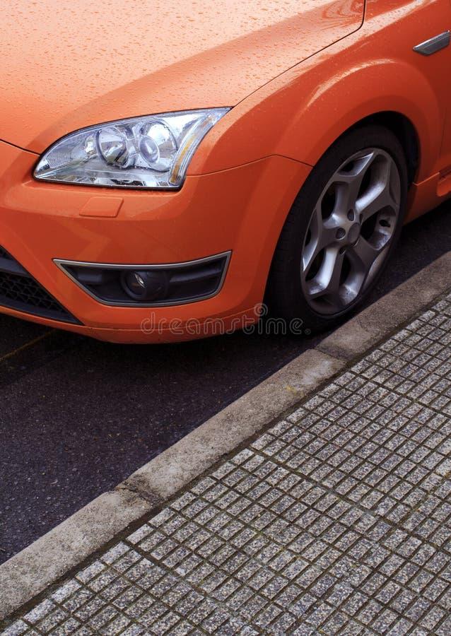 汽车橙色停放的体育运动 免版税库存照片