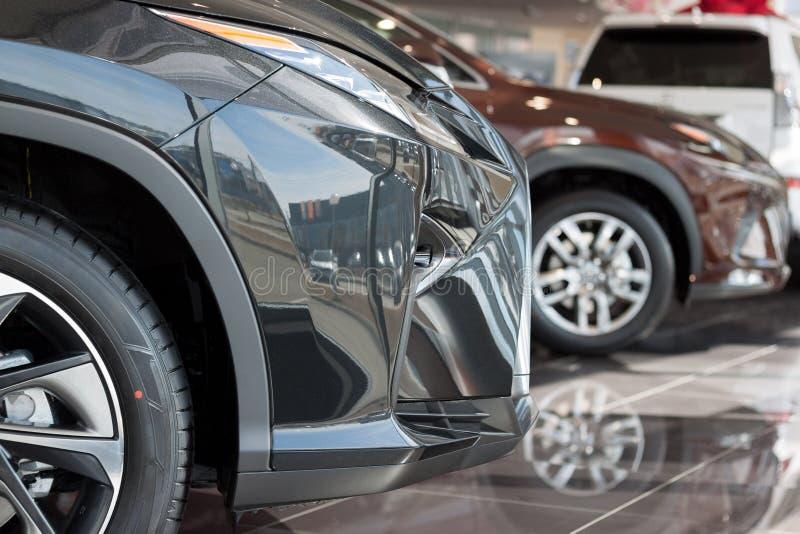 汽车汽车经销权 在经销商陈列室的新的汽车 有名望的车 免版税库存照片