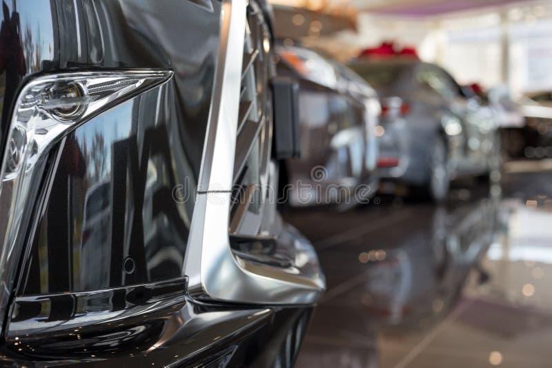 汽车汽车经销权 在经销商陈列室的新的汽车 有名望的车 免版税图库摄影
