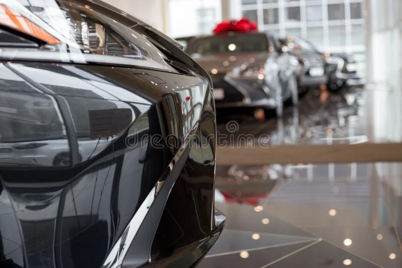 汽车汽车经销权 在经销商陈列室的新的汽车 有名望的车 库存图片