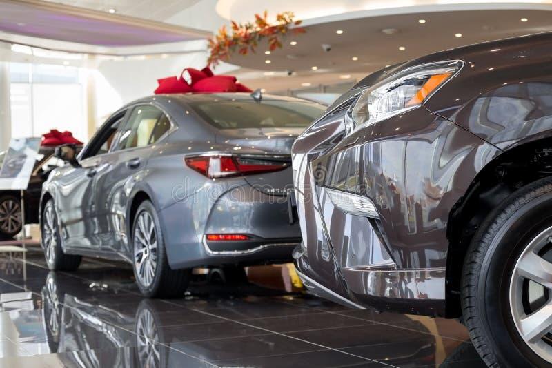 汽车汽车经销权 在经销商陈列室的新的汽车 有名望的车 免版税库存图片