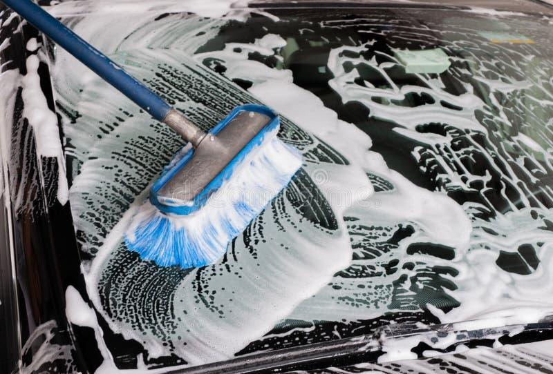 汽车洁净洗涤关闭的概念 泡沫盖的现代汽车 库存照片