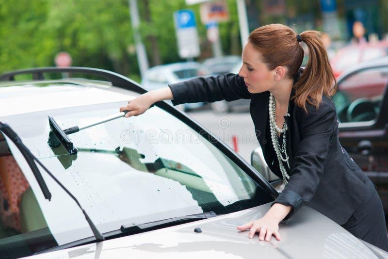 汽车洗涤的视窗妇女 库存照片