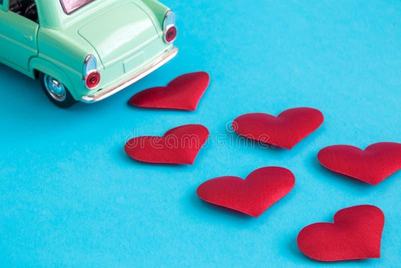 汽车玩具和小心脏情人节摘要在蓝色 库存图片