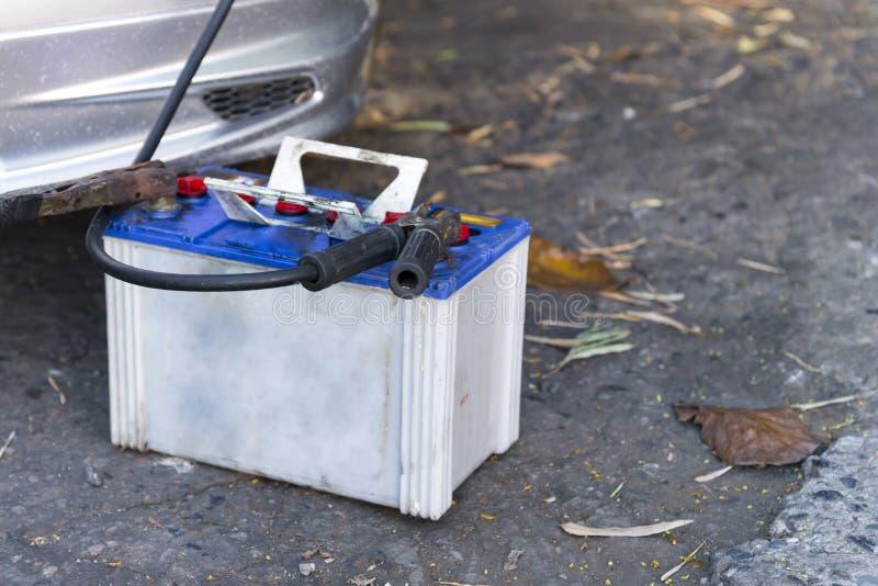 汽车电池充电器 库存图片