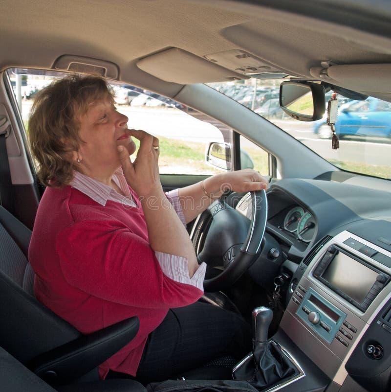 汽车的中年妇女 免版税库存照片