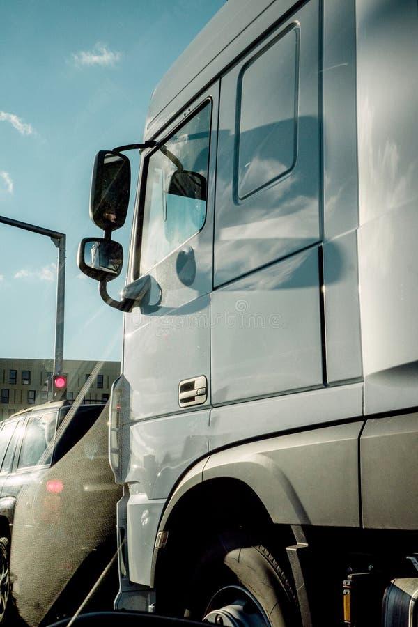 从汽车的交通堵塞视图在货物客舱 库存图片