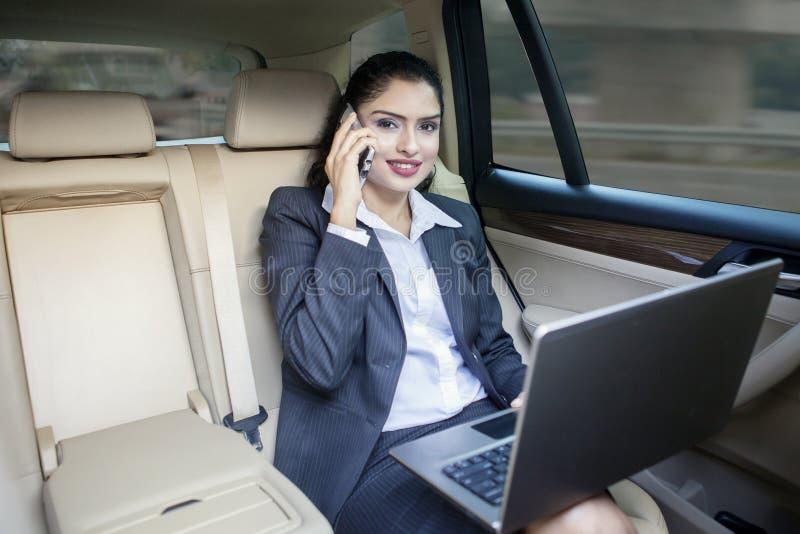 汽车的印地安女工 免版税库存图片
