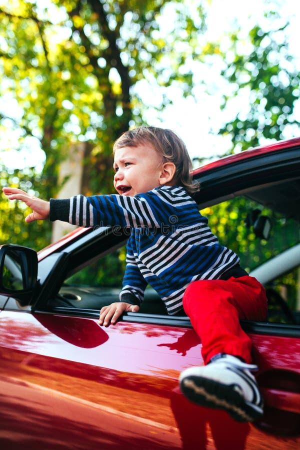 汽车的哭泣的男婴 男孩哭泣并且要离开maniche 库存图片