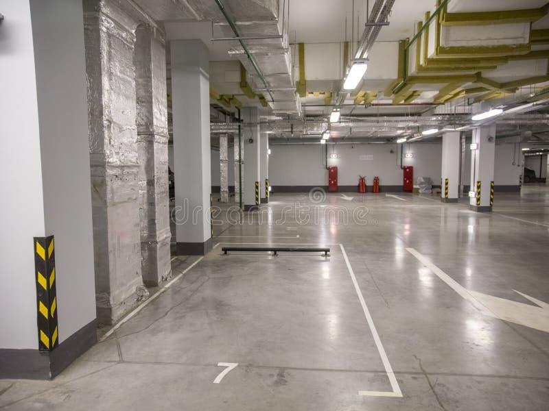 汽车的地下停车处在一栋居民住房 免版税库存图片