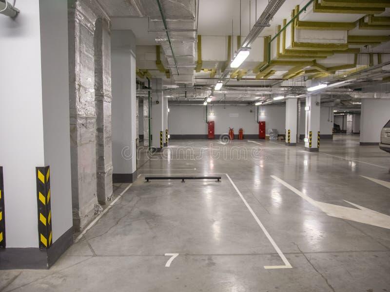 汽车的地下停车处在一栋居民住房 图库摄影