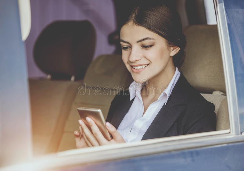 汽车的女实业家 免版税库存图片