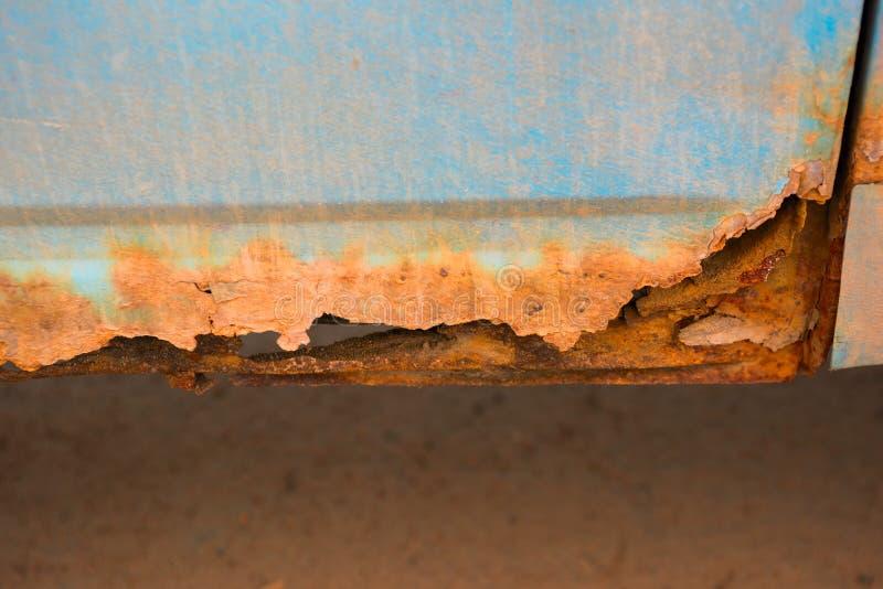 汽车的底部用腐蚀和铁锈报道 免版税库存图片