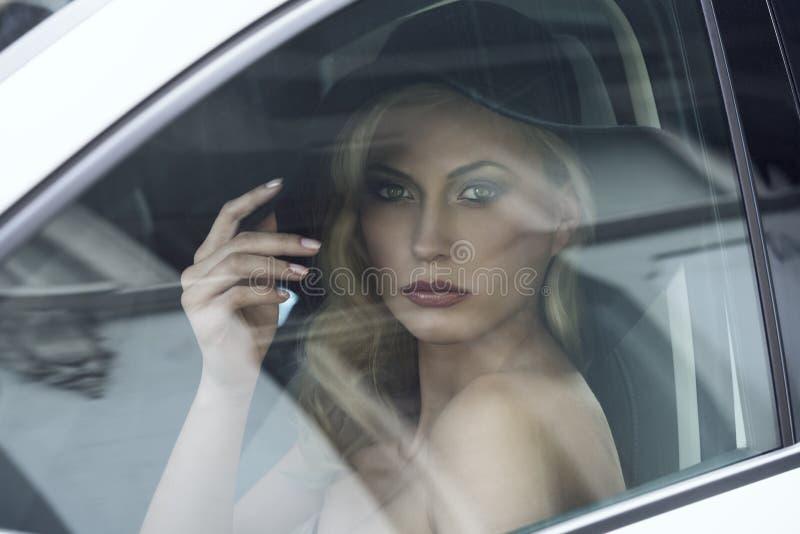 汽车的时尚妇女 图库摄影