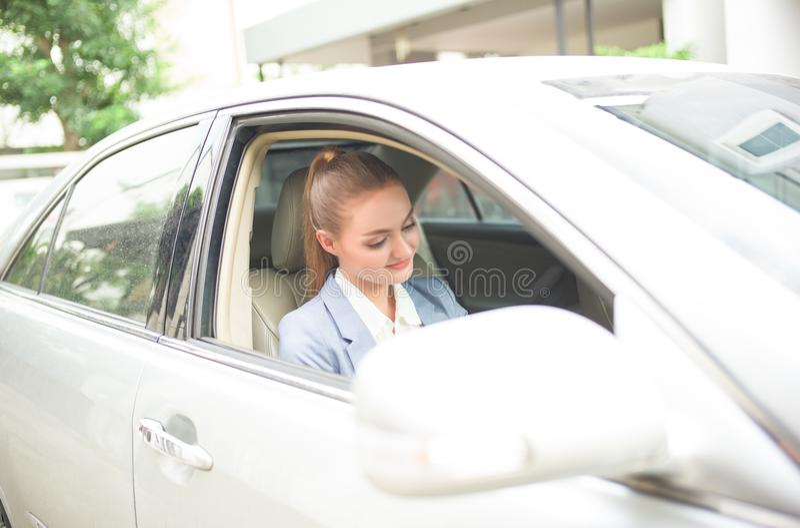 汽车的特写镜头画象年轻美女 蓝色闭合的离开的门公务电梯绘了工作者 免版税库存照片