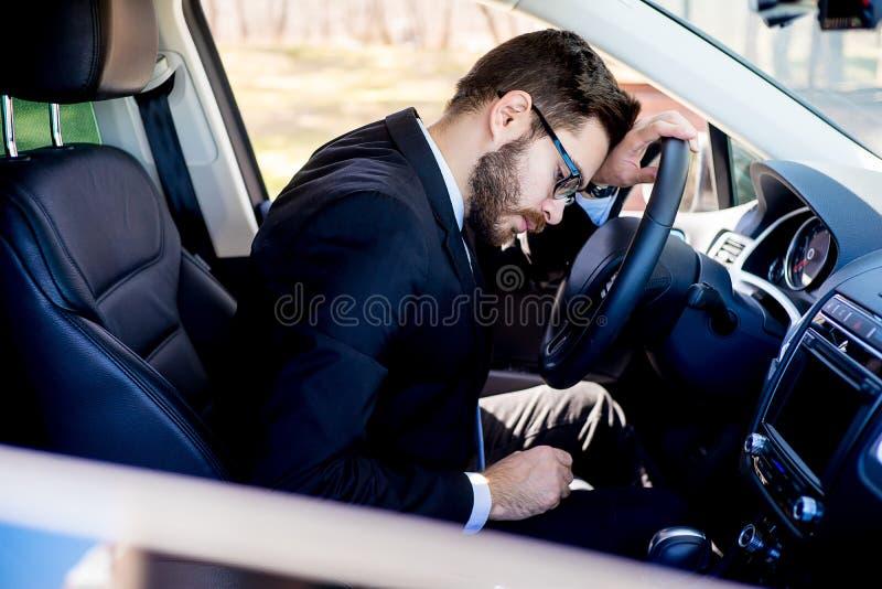 汽车的疲乏的人 免版税库存照片