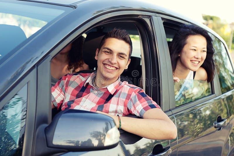 汽车的离开在假期的,意大利男孩和女孩 免版税库存图片
