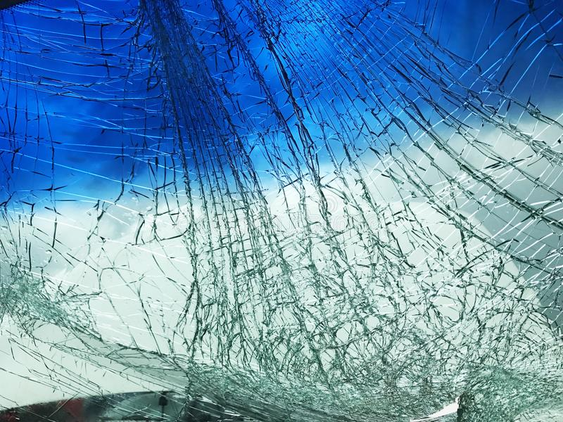 汽车的被打碎的打破的挡风玻璃 免版税库存照片