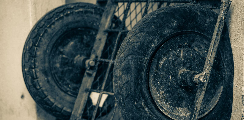 汽车的被放弃的轮子 库存图片