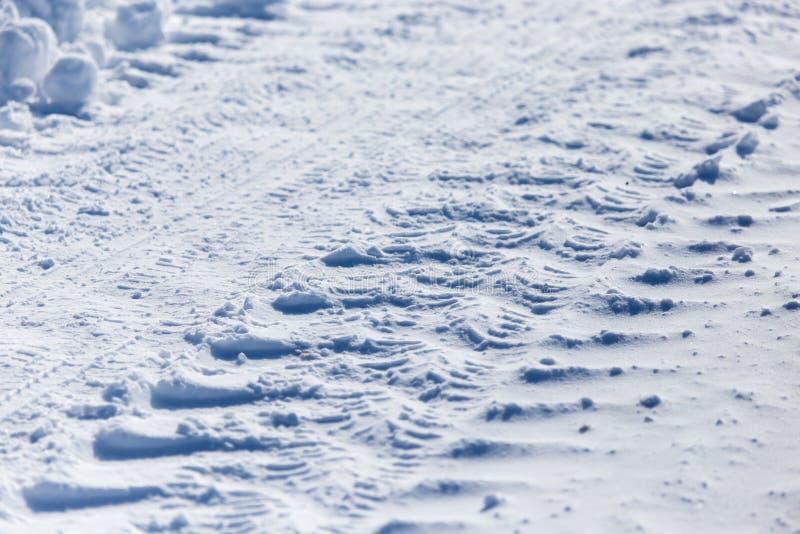 汽车的踪影在雪的作为背景 免版税库存图片