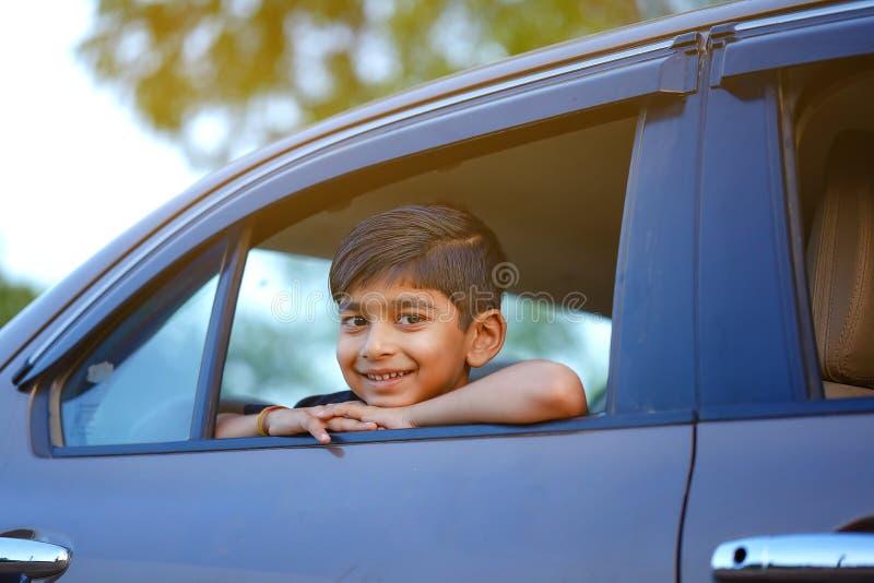 汽车的逗人喜爱的印度孩子 免版税库存图片