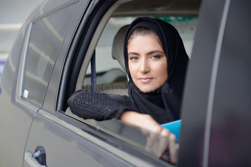汽车的Emarati阿拉伯女商人 免版税库存图片
