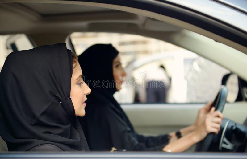 汽车的Emarati阿拉伯女商人 库存图片