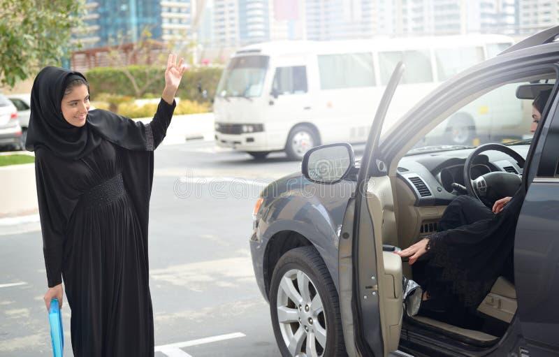汽车的Emarati阿拉伯女商人 免版税库存照片