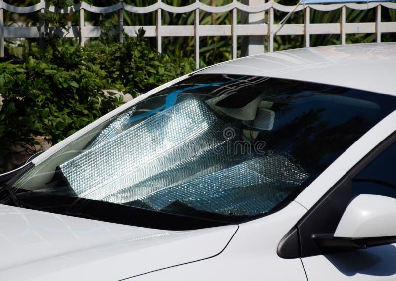 汽车盘区的保护免受直接阳光 太阳反射器挡风玻璃 库存照片