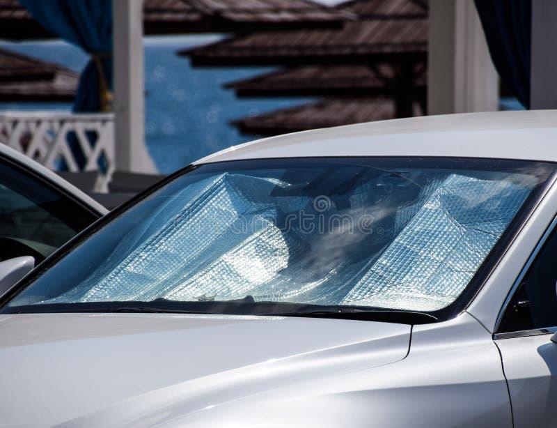 汽车盘区的保护免受直接阳光 太阳反射器挡风玻璃 库存图片