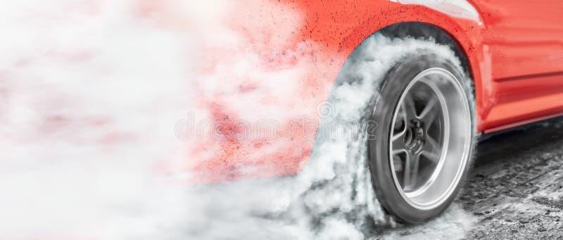 汽车短程加速赛汽车为准备种族的烧伤轮胎 免版税库存照片