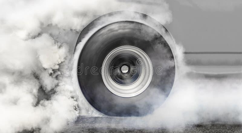 汽车短程加速赛汽车烧种族的轮胎 免版税图库摄影