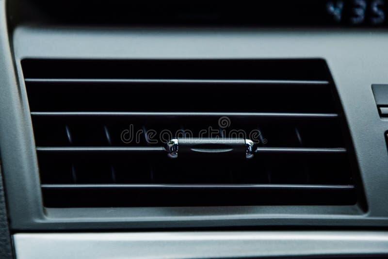 汽车空调-紧密汽车空气,汽车冷却的机器,在汽车,黑汽车空气里面的气流 库存图片