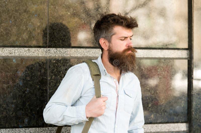 汽车站概念 有去商务旅行的长的时髦的胡子的人 有胡子的人在镇静面孔,黑大理石 免版税库存照片